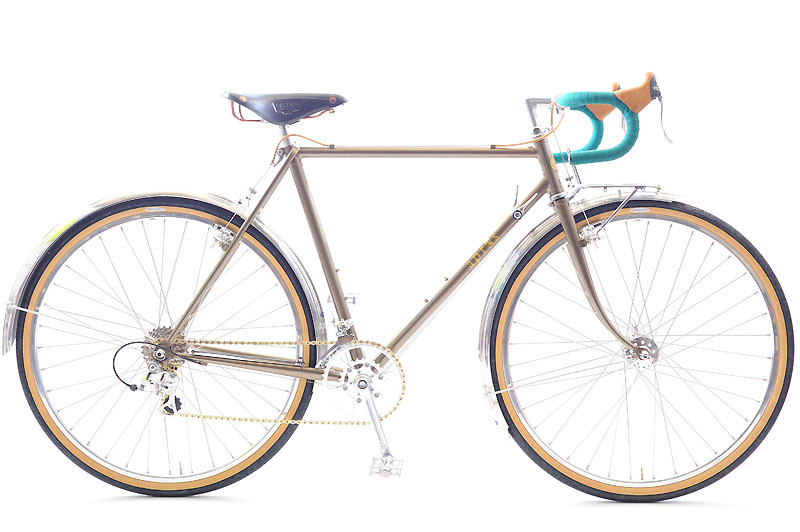 Fさんのツーリング車: Fさんの自転車は「つちいろ」。ご本人が決められた緑色のバーテープ、そして金色のチェーンが絶妙な色合いを見せています!