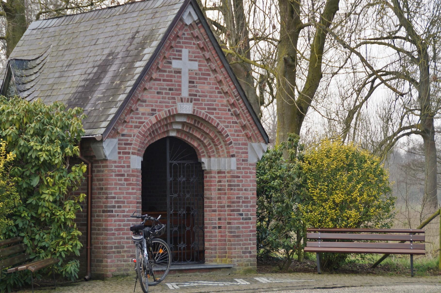 Eine kleine Kapelle (zwischen Wehr und Tüddern) lädt zum Verweilen ein