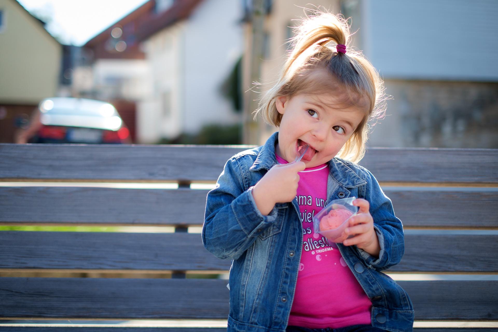 Kind auf der Bank mit Eis in Rudersberg