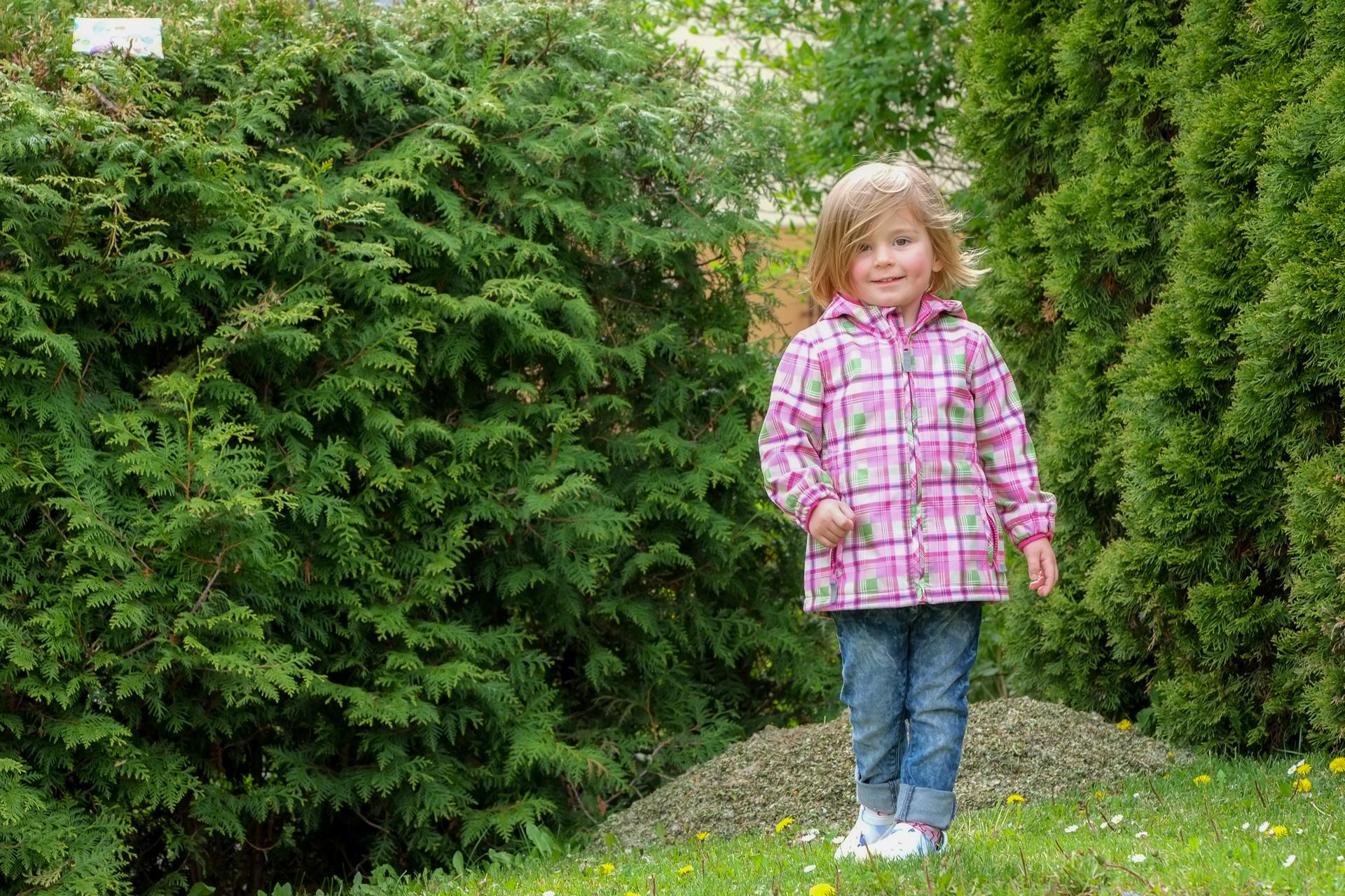 Kind im Garten auf dem Rasen in Rudersberg