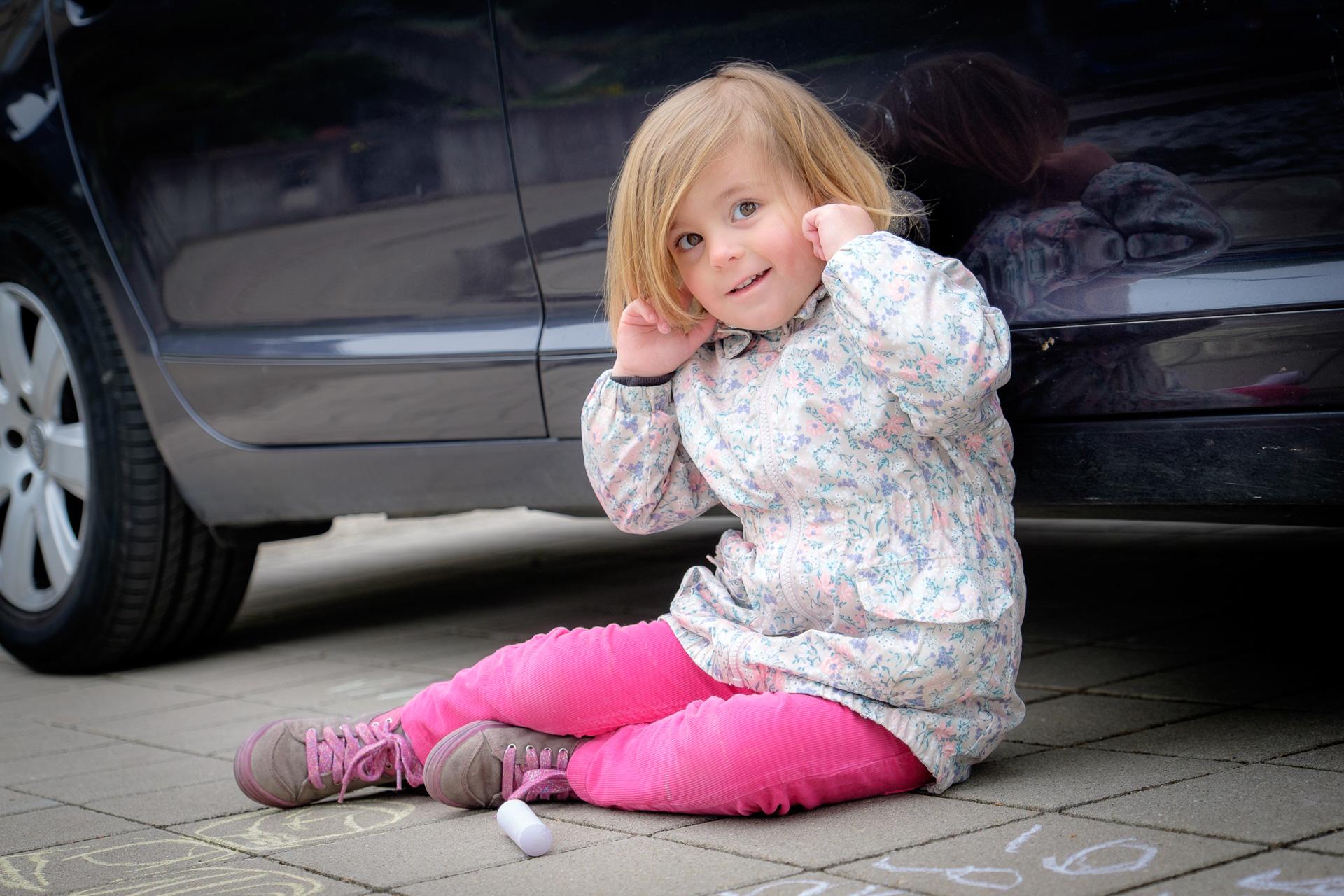 Kind am Auto mit Fingern in den Ohren in Rudersberg