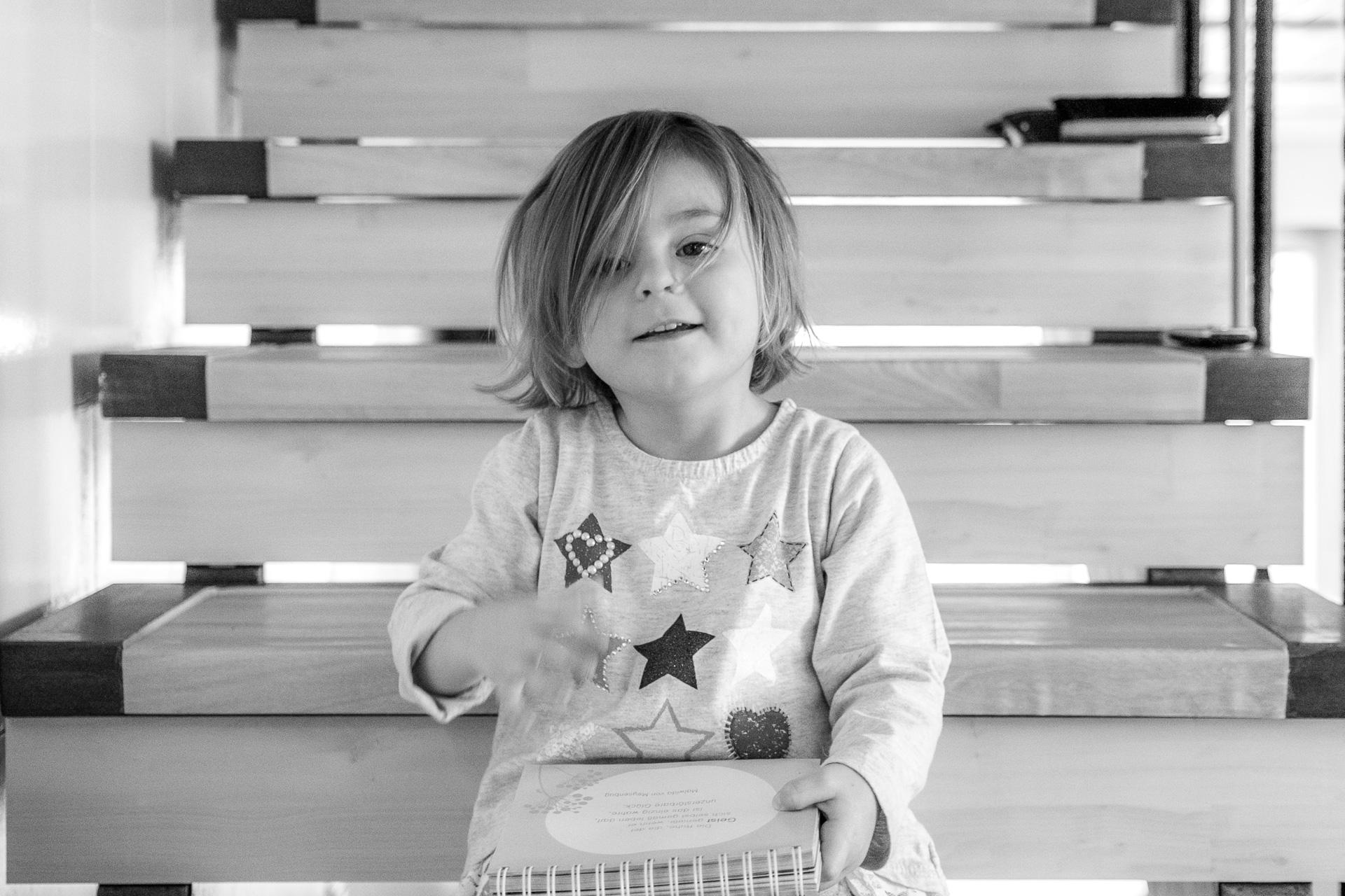 Kind auf Treppe von vorne in Esslingen