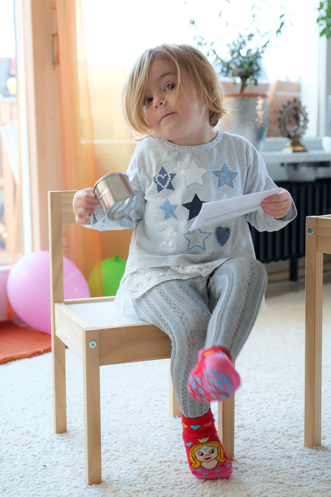 Kind auf Stuhl von Fotograf Liebglück