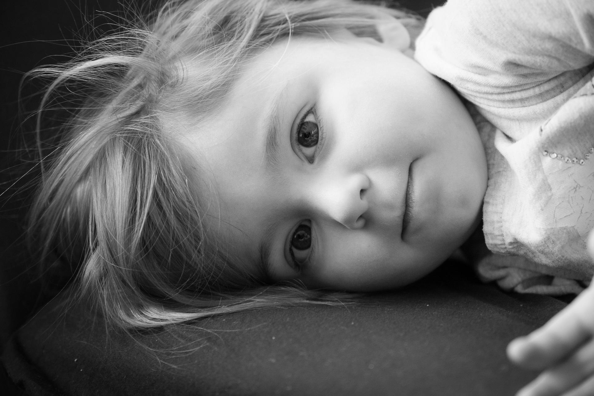 Kind schwarz weiß Aufnahme Kopf Esslingen