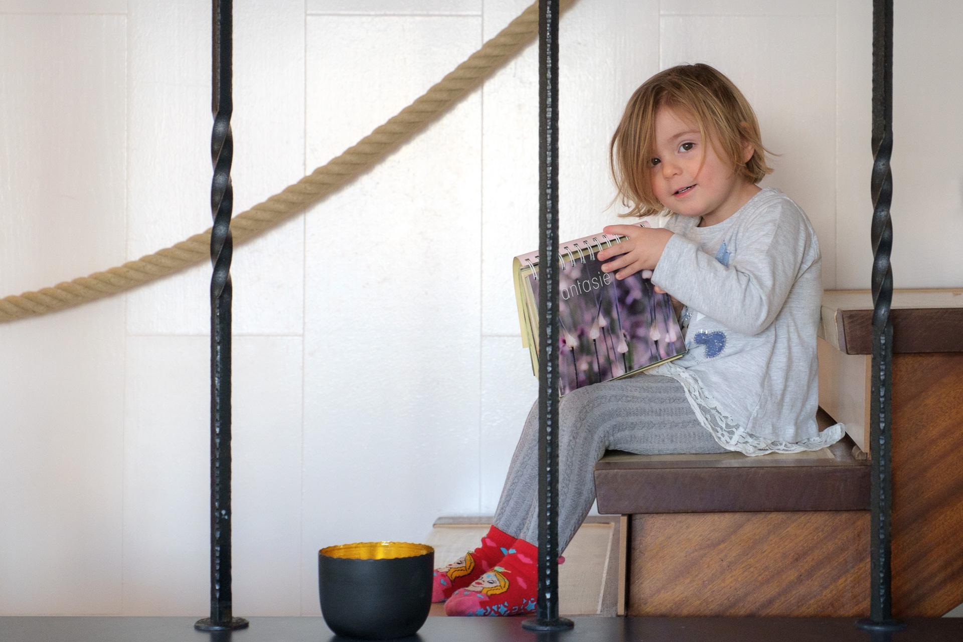 Kind auf Treppe Portrait Fotograf Esslingen
