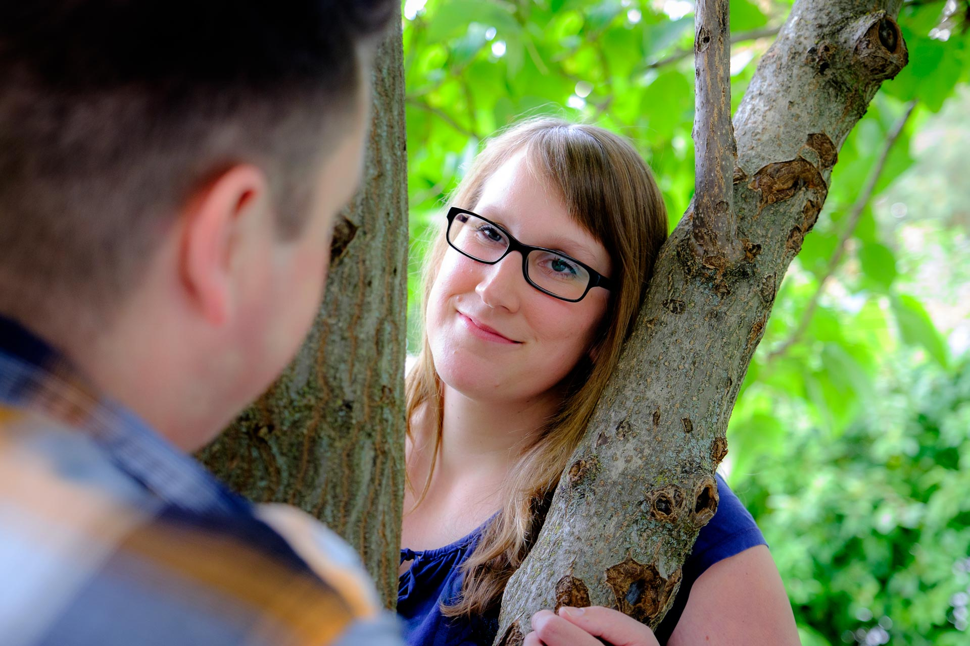 Paar Engagement-Shooting Winnenden am Baum