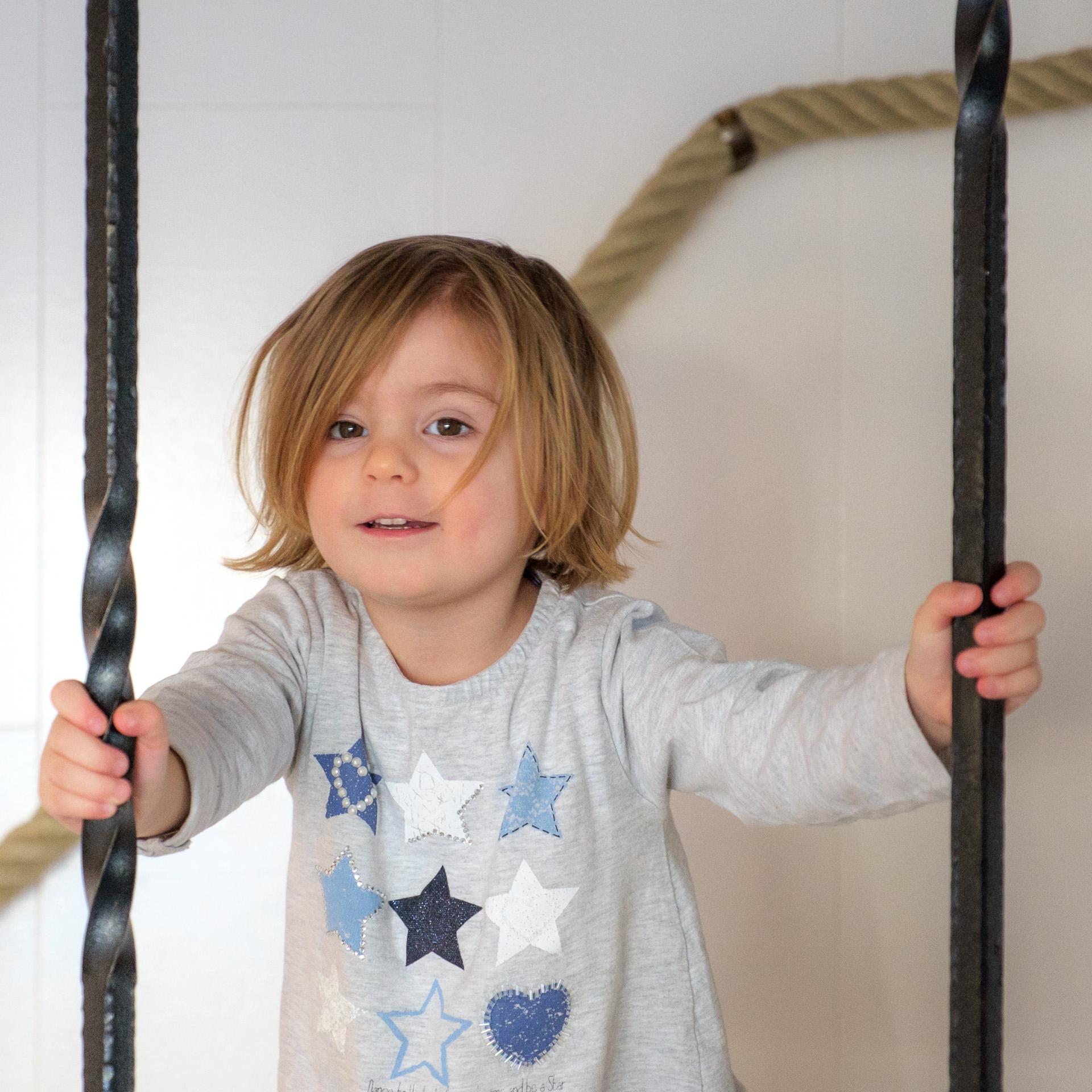 Kind auf Treppe Esslingen