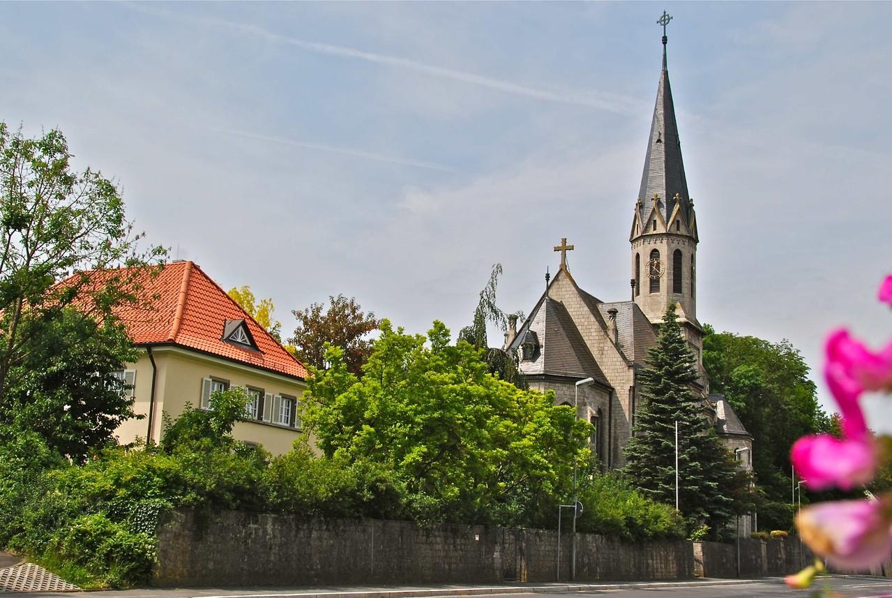 Blick auf die Christuskirche von Osten, Dr.-Martin-Luther-Straße, mit Pfarrhaus im Vordergrund