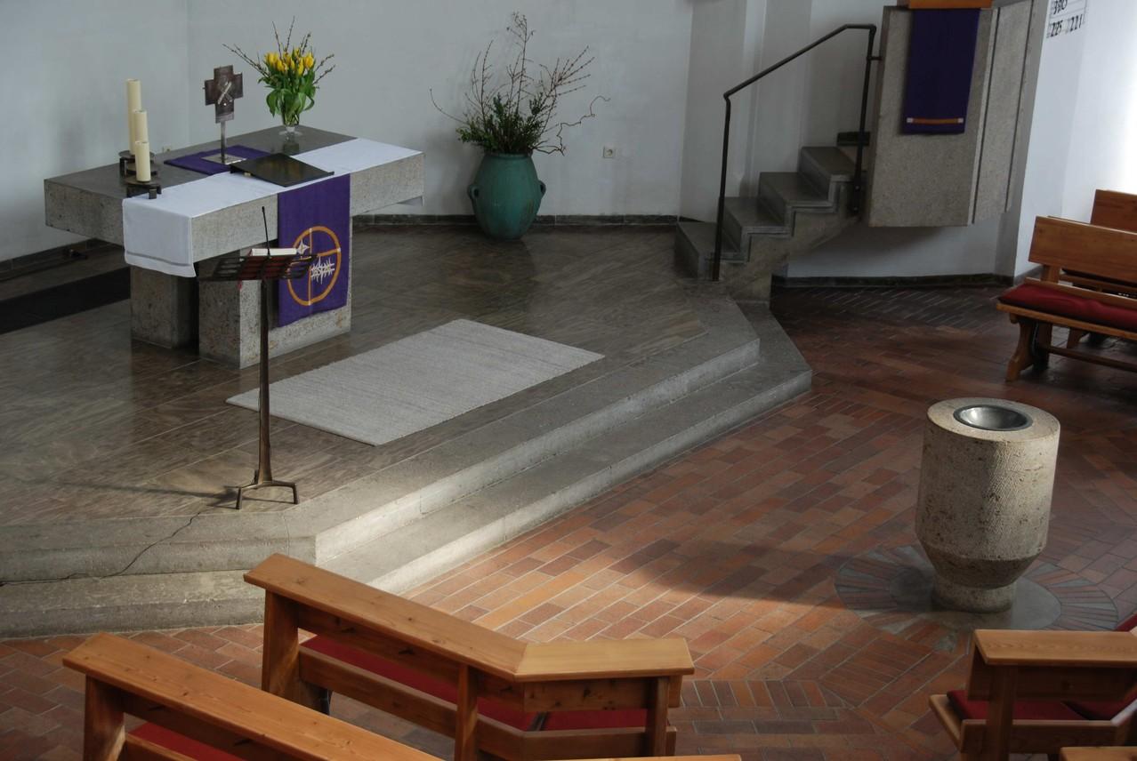 Blick auf den Altarraum mit Taufstein.