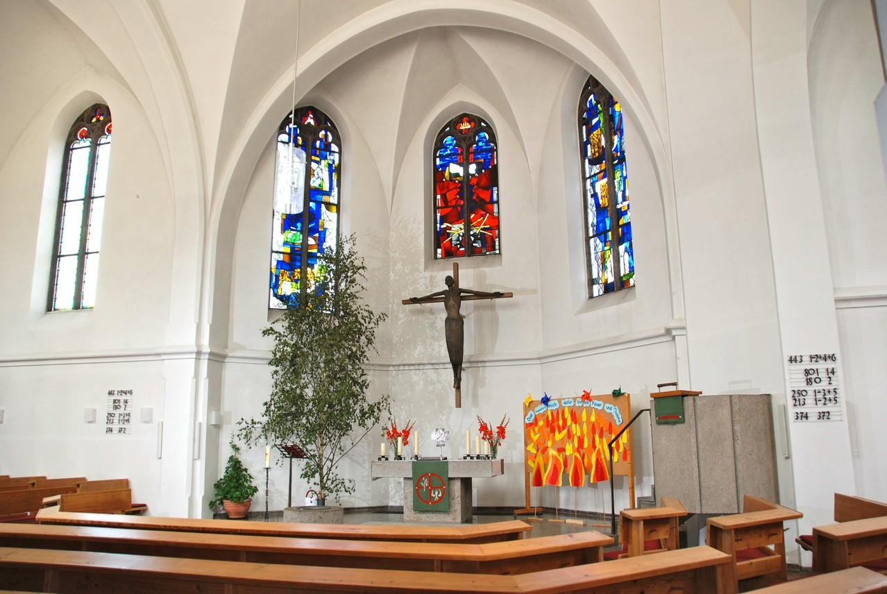 Blick auf den 64/65 geschaffenen neuen Altarraum im Nordchor mit Altar, Kanzel, Kruzifix und Buntglasfenstern.