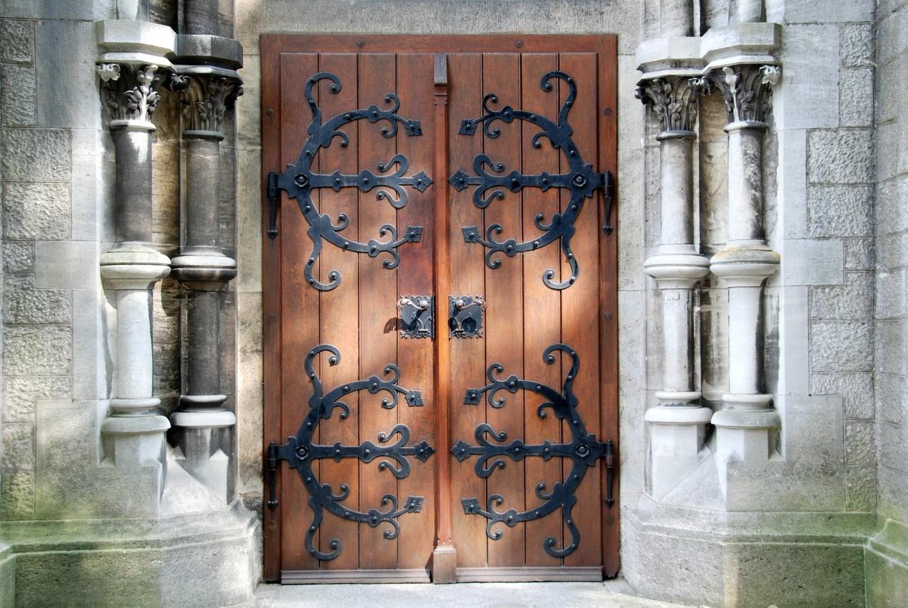Man betritt die Kirche durch eine schwere eisenbeschlage Tür.