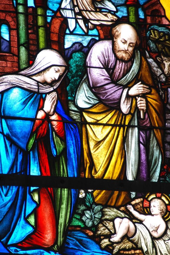 Das Buntfenster im ehemaligen Altarraum (Ost) stellt die Geburt Christi dar.