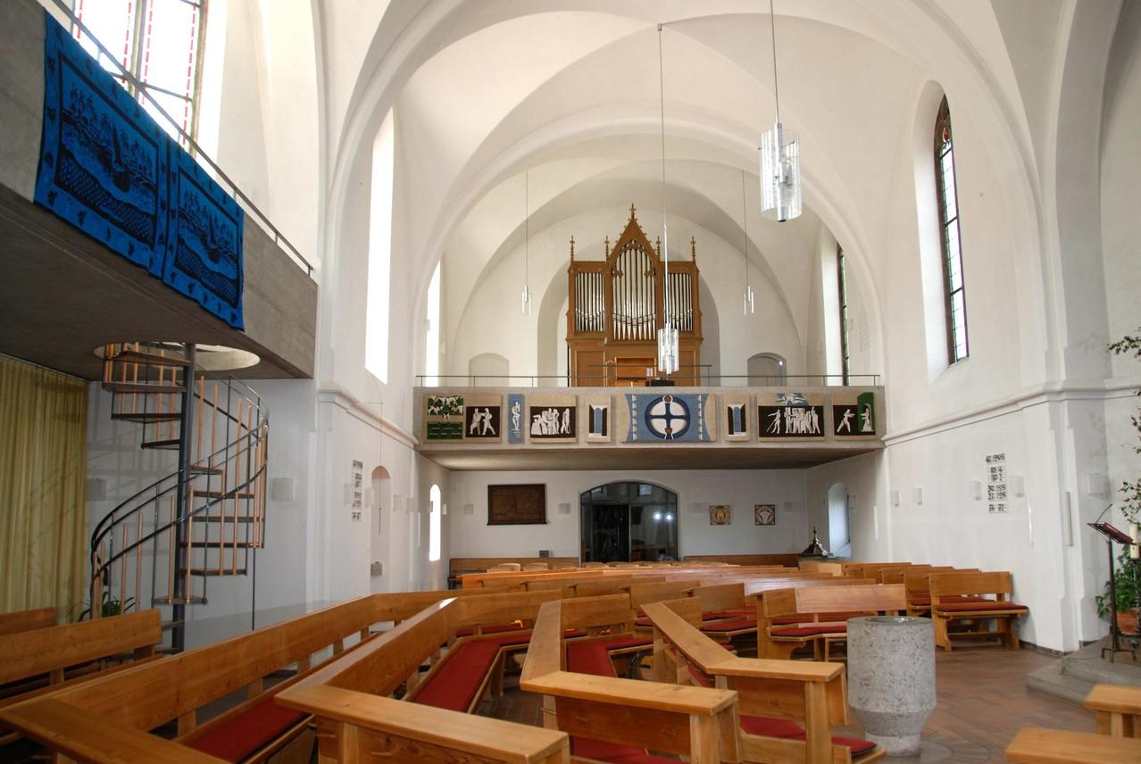 Blick von Osten auf die 64/65 geschaffene Betonempore mit Orgel und der im Südchor erbauten zweiten Empore.