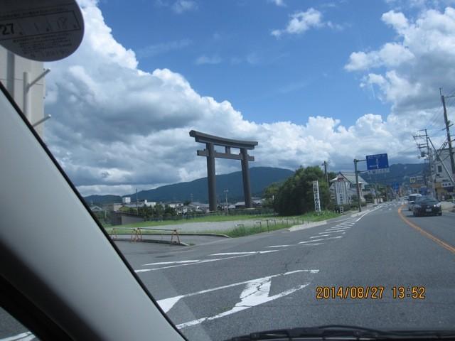 大神神社の大鳥居は遠くからでも良く判る。