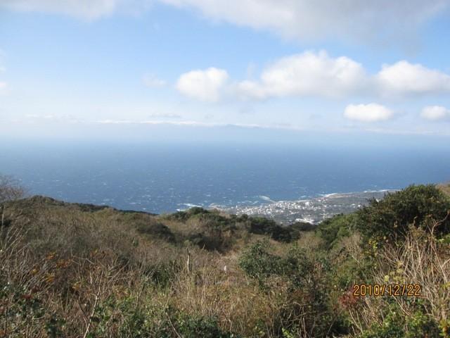 西側に元町、向こうに伊豆が見える。