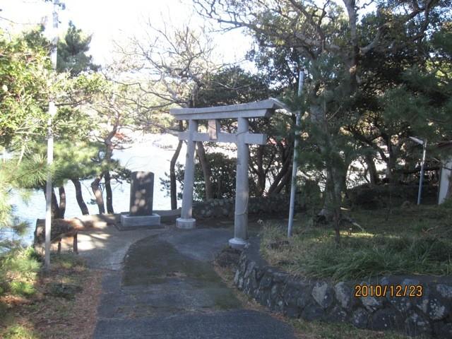 波浮港内にある、波浮比咩命神社。