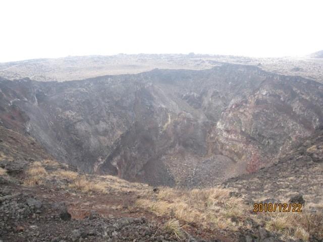 噴火口、直径300m 、深さ200m。