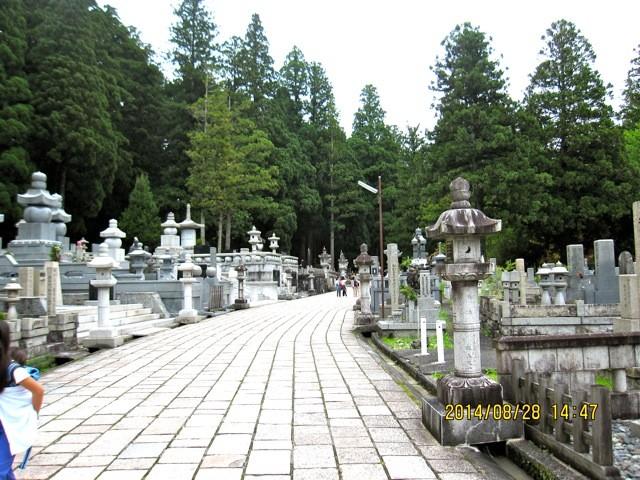 参道、最初の方は大企業の石碑が多い。