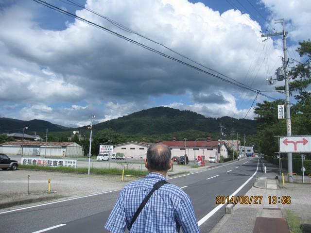 御神体三輪山に向かいながら参道に近づく。