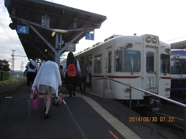 2両のかわいい電車は、