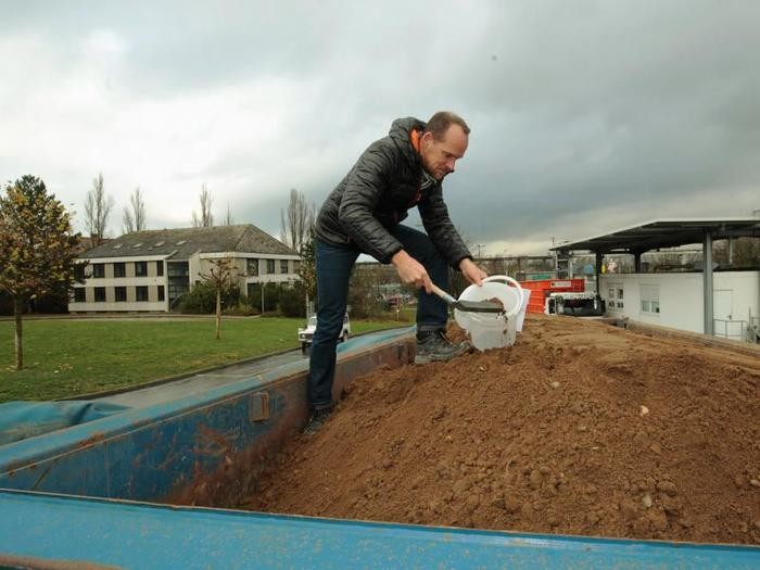 Sven Feldmann beim Entnehmen einer Bodenprobe.     Foto: hbz/Harry Braun