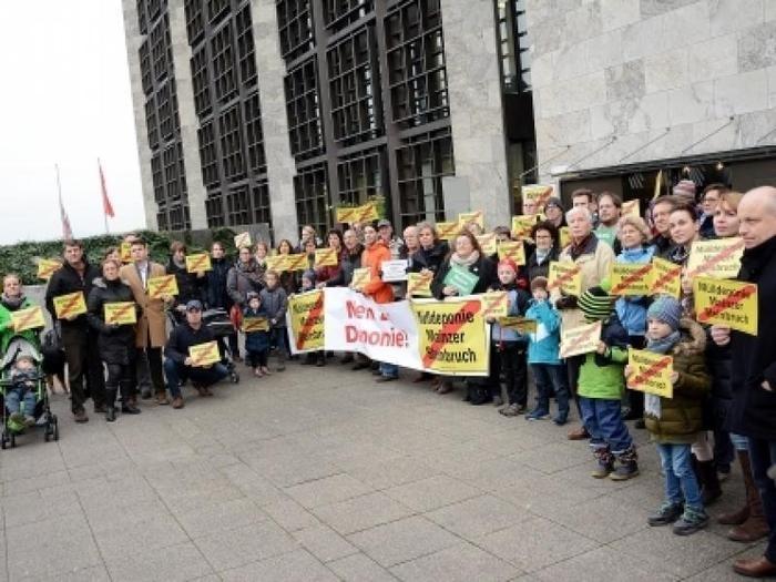 Deponiegegner demonstrieren vor dem Rathaus. Foto: hbz / Harald Linnemann