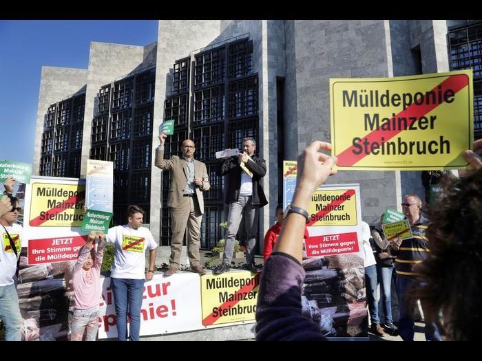 Bürger demonstrieren vor einer Stadtratsitzung gegen Bauschutt im Laubenheimer Steinbruch.    Archivoto: Harald Kaster