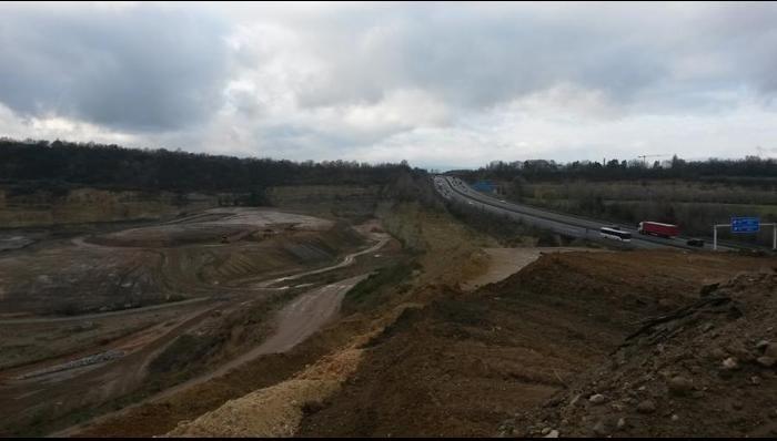Der an die Autobahn A 60 (re. oben) grenzende Steinbruch, über dessen Nutzung derzeit kontrovers diskutiert wird. Foto: Carina Schmidt