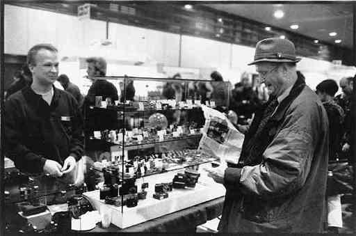 Dieses Foto entstand auf der Berliner Foto-Messe 1998. Ein Mann mit Hut las mir die Ankündigung meiner Sammlungsausstellung aus der Zeitung vor.