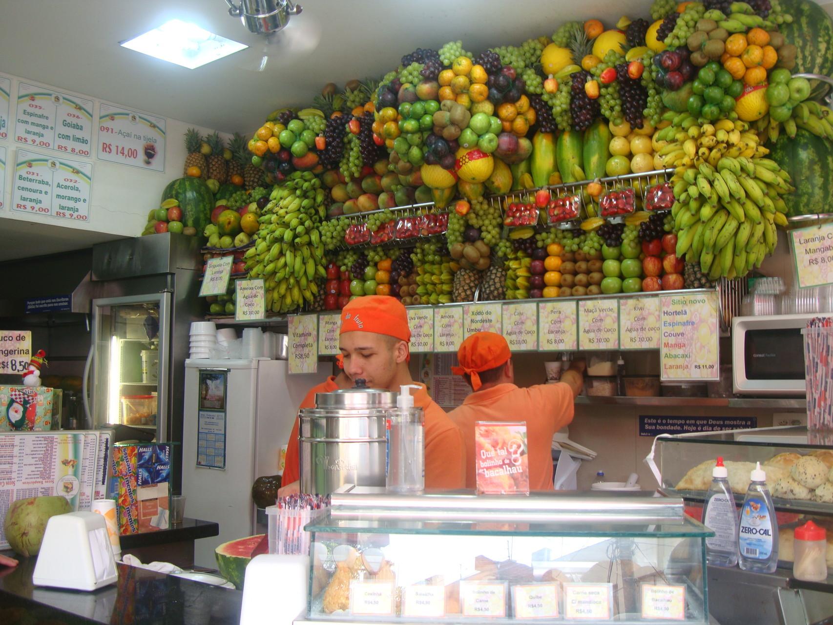生ジューススタンドにて。芸術的な飾りつけの南国フルーツがより取り見取り。!