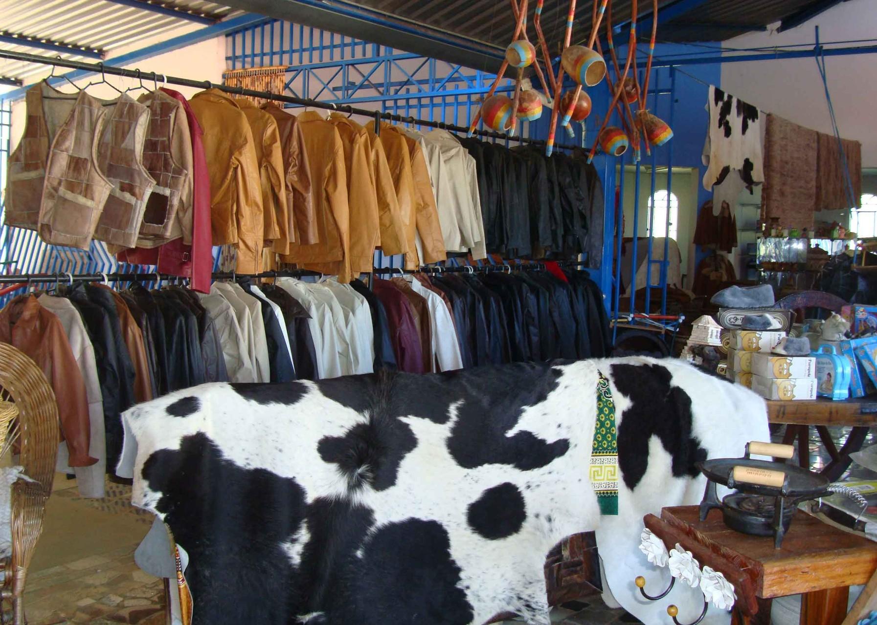 ドライブインで販売されている皮商品の一部。