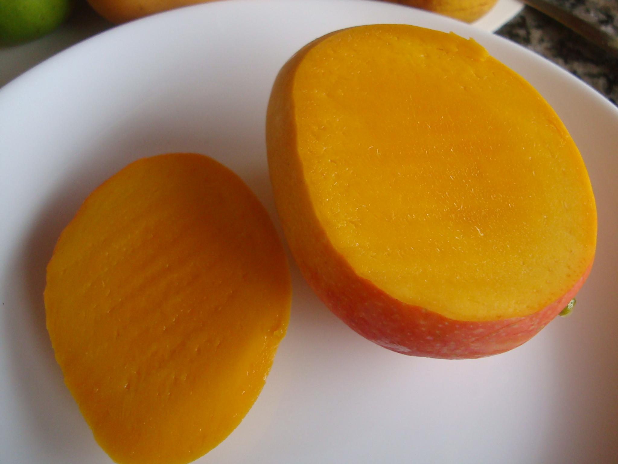 よく熟れたマンゴを切ったところ。思い出してもよだれが(´ε` )♥