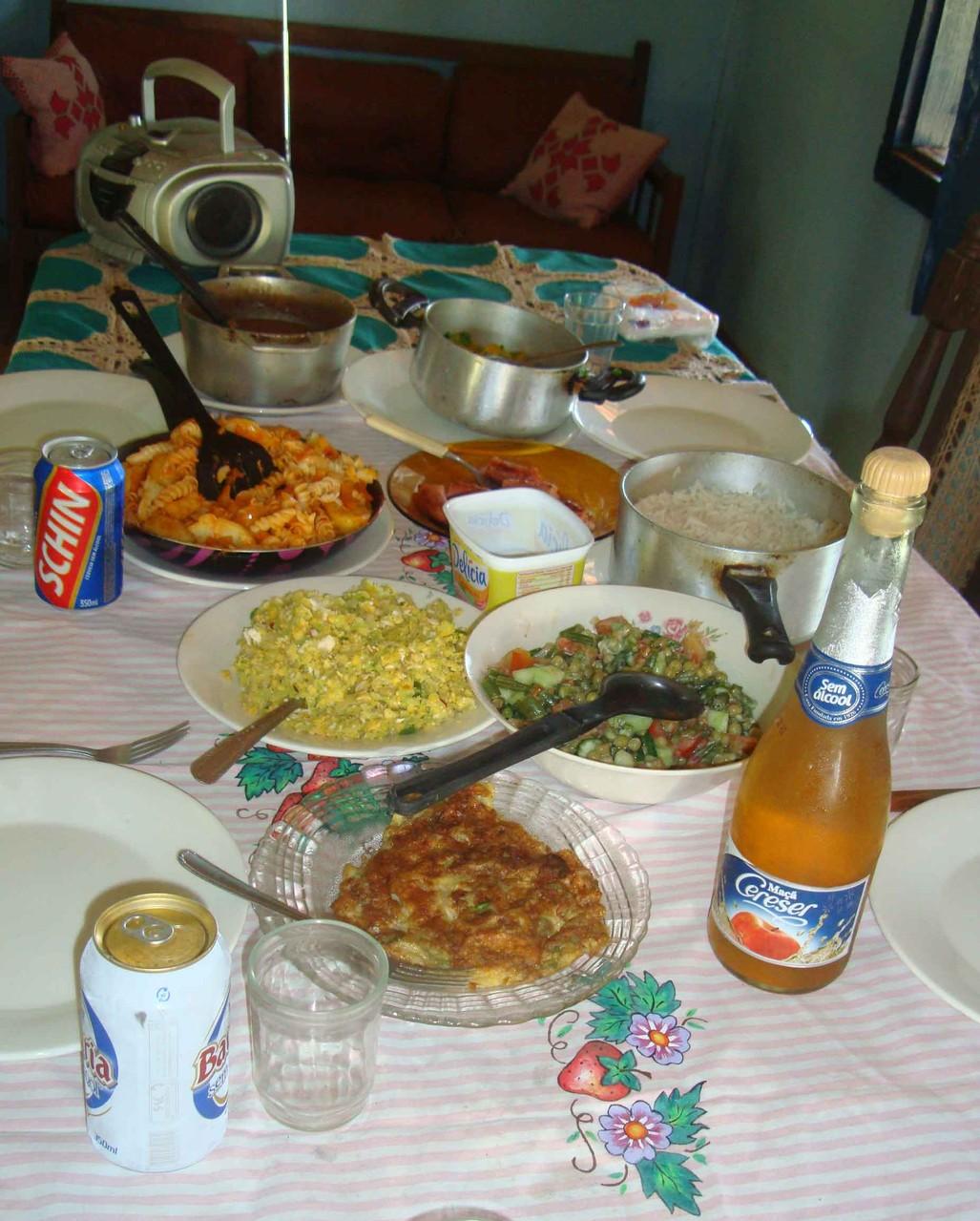 隣の農家で昼食をご馳走になりました。、サラダ、オムレツ、魚のフライ、チキン、パスタ、ごはんとフェジョン(豆料理)など、沢山食卓に並びました。