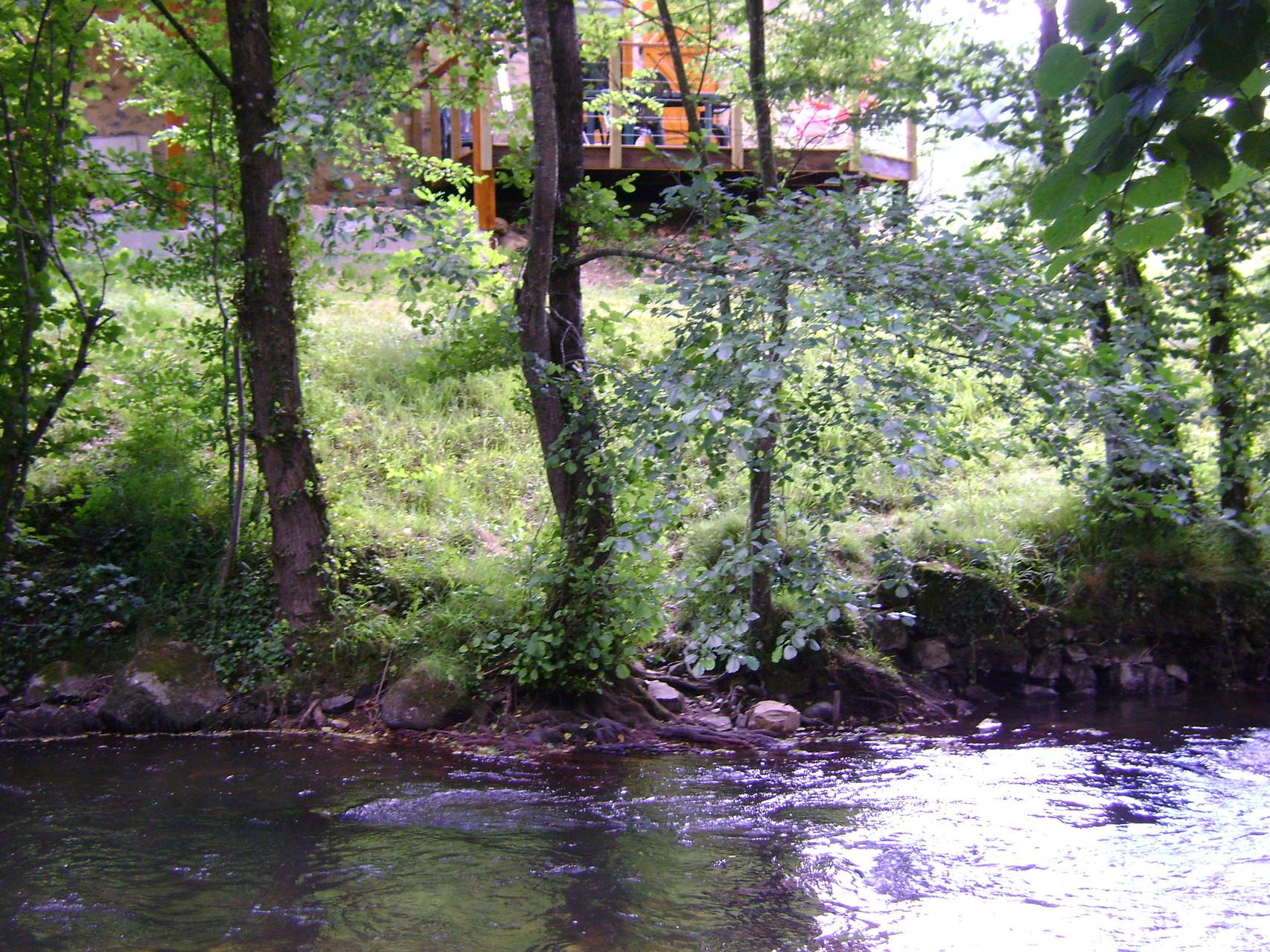 terrasse d'été en surplomb de la rivière