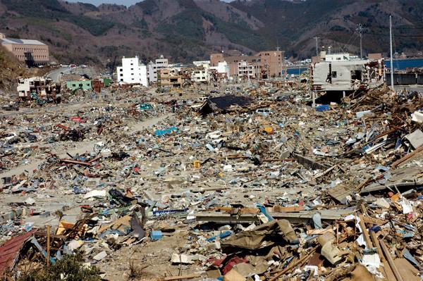 津波にあった女川町中心街は空爆にでもあった町のようだ