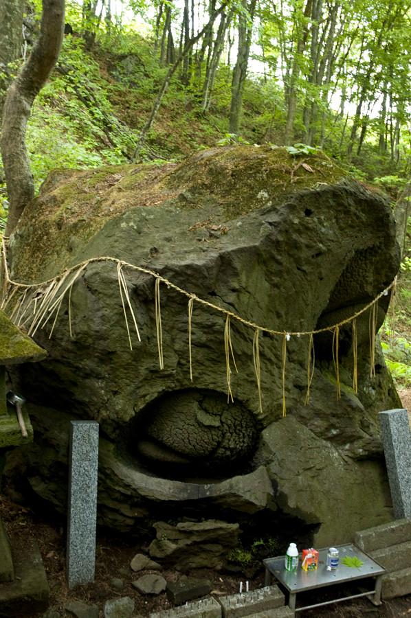 自然の石とは思えないほどの目の形。パワースポットでは青森ナンバー1ではないだろうか?