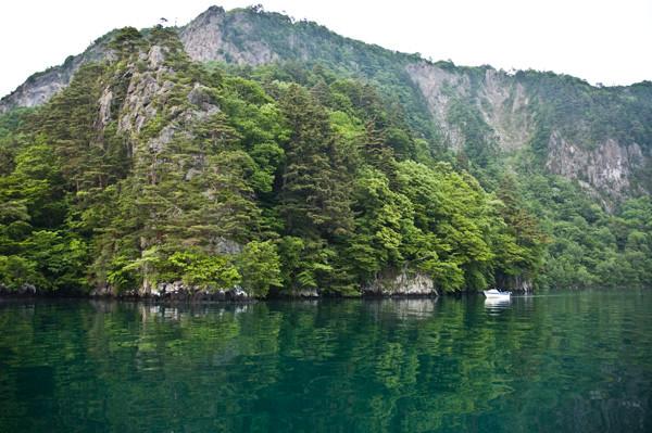 瑠璃色の湖面は神秘的。