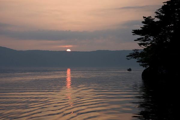 太陽が沈むとき湖は金色に染まる。