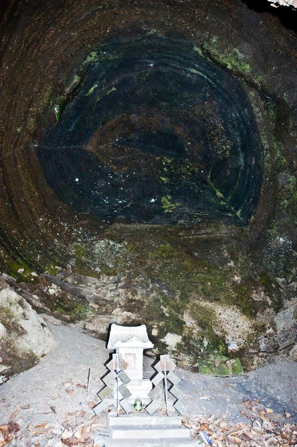 ここが究極の南祖坊が修行したと云われる聖地の洞窟。まるで宇宙のような不思議な年輪状の地層がある。