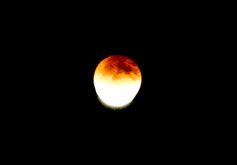 2011年冬 撮影 皆既月食で月が出てくる瞬間。この2枚は家の庭から撮った。