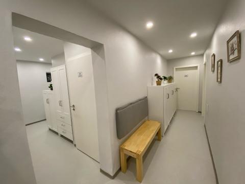 Kleiner Wartebereich im Untergeschoss