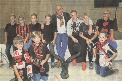Wie der Hahn im Korb. Der Präsident des Fußball-Bundesligisten Eintracht Frankfurt,                  Peter Fischer, bei den jugendlichen Fans des Eintracht-Fan-Clubs Merenberg.                 (Foto: Klaus-Dieter Häring)