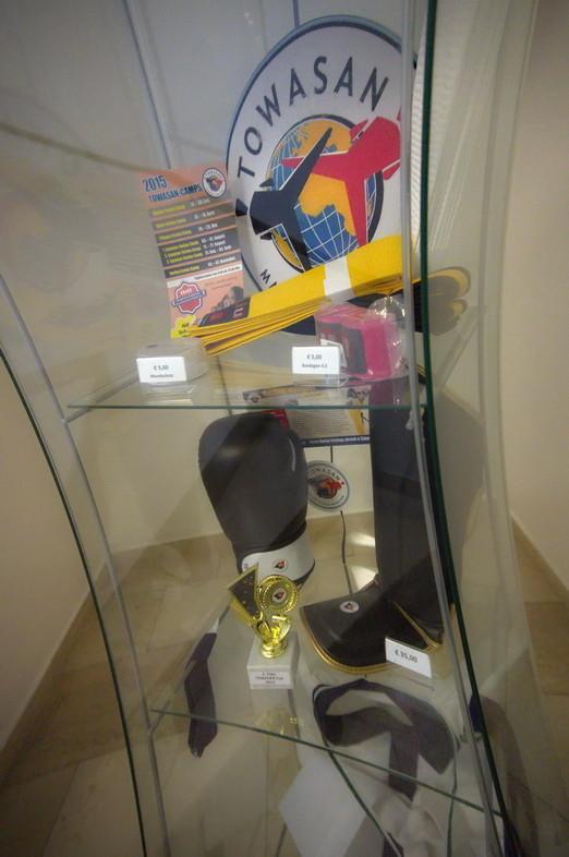 Das Equipment wird im Schaufenster der TOWASAN Karate Schule Muenchen präsentiert.