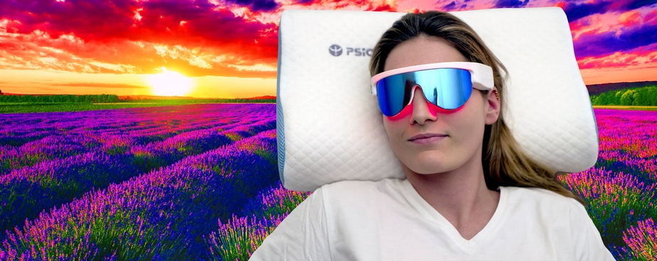 femme sur oreiller olfactif psio avec lunette custom dans champs de lavande