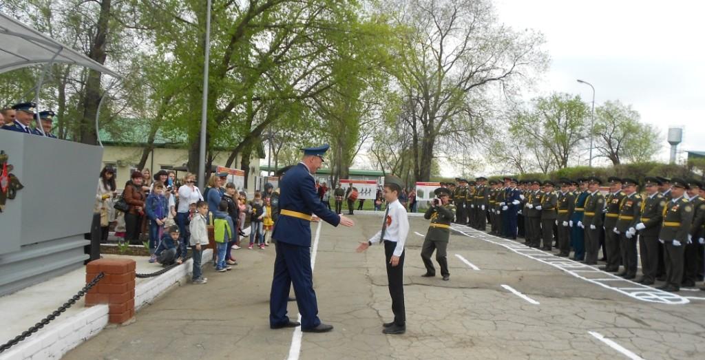 Командир части Антипенко Д.В. поздравляет командира отряда Серякина Даниила