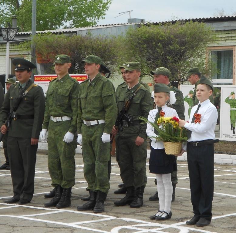 Цветы возлагают Дубинкина Елизавета и Воронцов Андрей