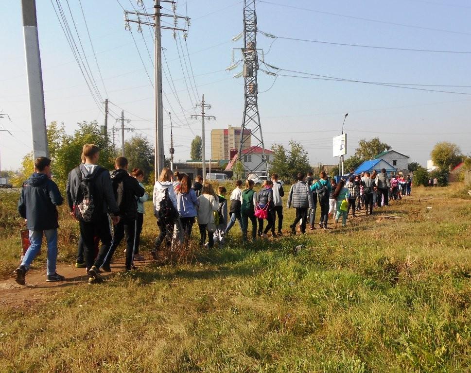 Сборная школы по пути на городской кросс