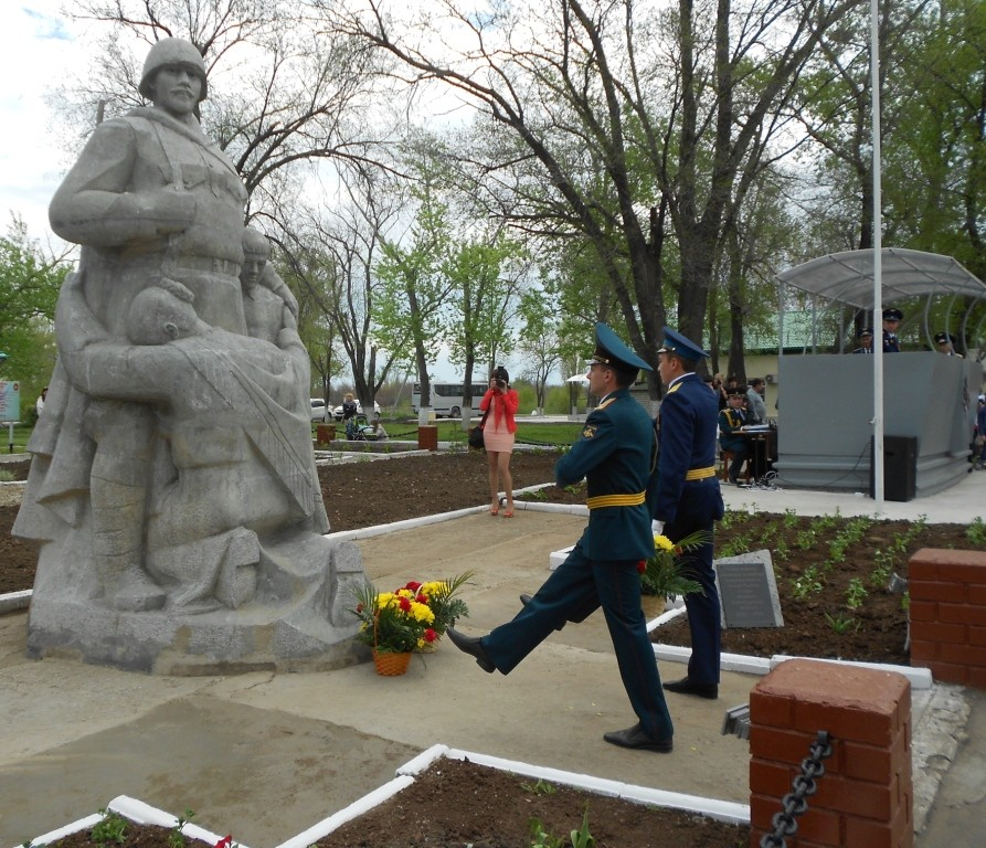 Цветы возлагают воины-отличники боевой службы