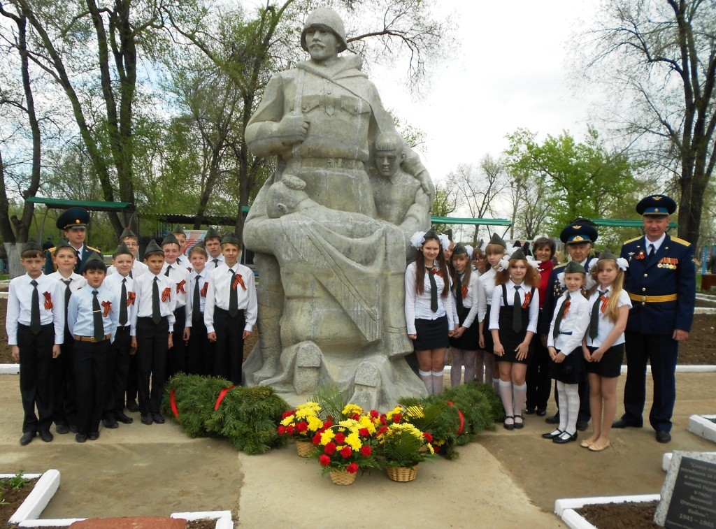 У памятника воину-освободителю