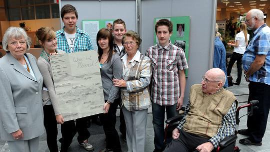 Ein Schülerteam der Realschule mit Zeitzeugen bei der Eröffnung der Ausstellung über Heimat (v.l.):.Anne-Marie Spitzer, Gertrud Albrecht und Rudolf Dittmer. FOTO: M.Reute